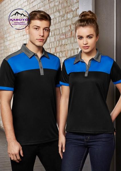 Áo thun đồng phục có cổ màu phối hợp giữa hai màu xanh và đen