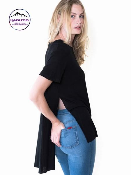 Áo thun xẻ tà kết hợp cùng quần jeans