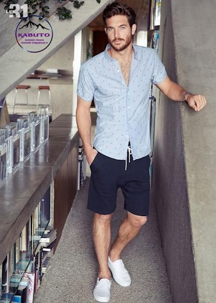Mix áo thun quần short với giày slip on