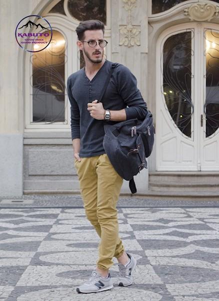 Mix quần kaki với áo thun tay dài