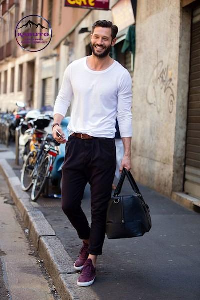 Phối áo thun tay dài với quần kaki