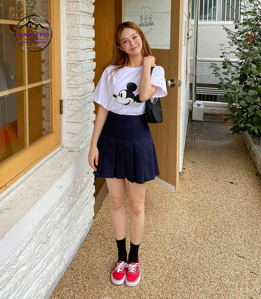 Phối áo thun với chân váy