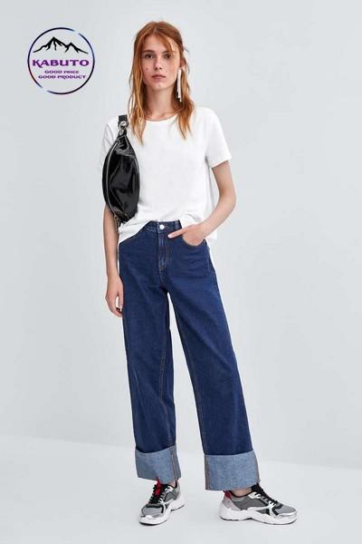 Phối quần jean ống gập cùng áo thun