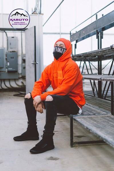Quần jean đen và áo hoodie cam