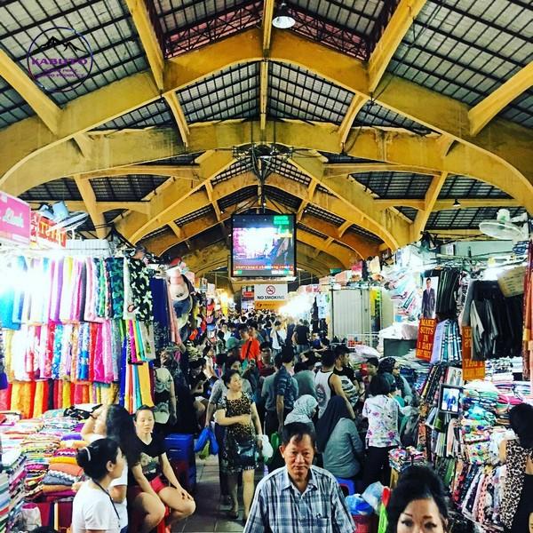 quần áo tại chợ hạnh thông tây